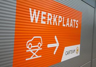 werknemer onder auto